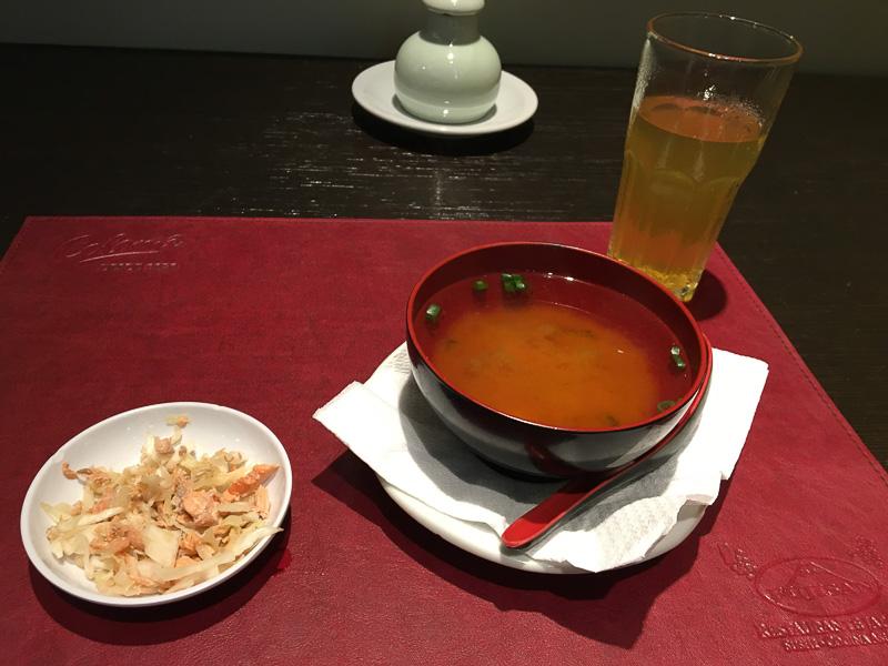 ランチセットの、鮭とキャベツの甘酢漬け、みそ汁、緑茶。