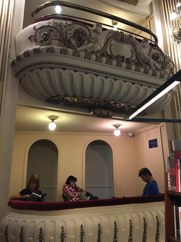 劇場のBOX席で立ち読みならぬ、座り読みができます