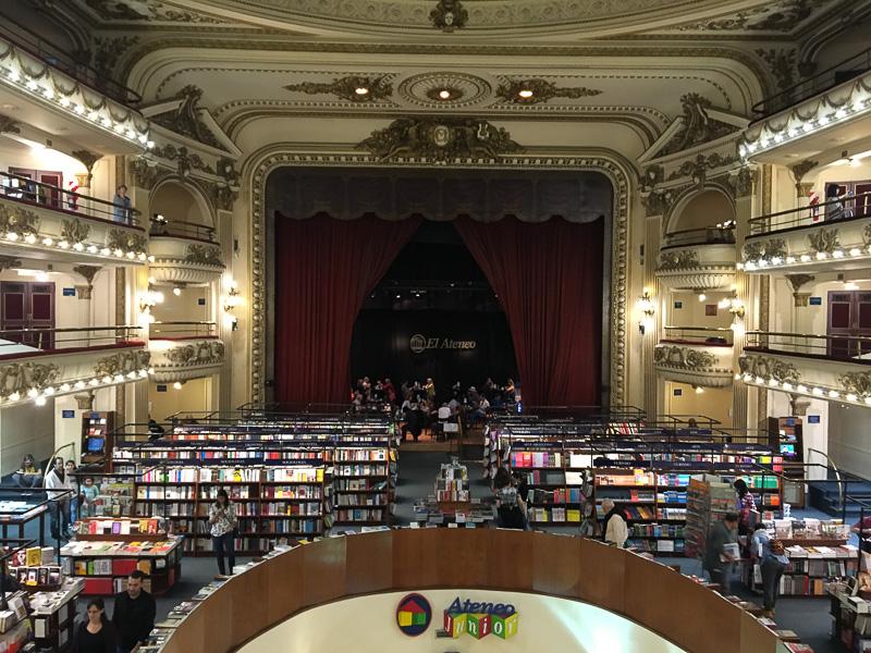 2階からの景色。正面にステージ部分のカフェ