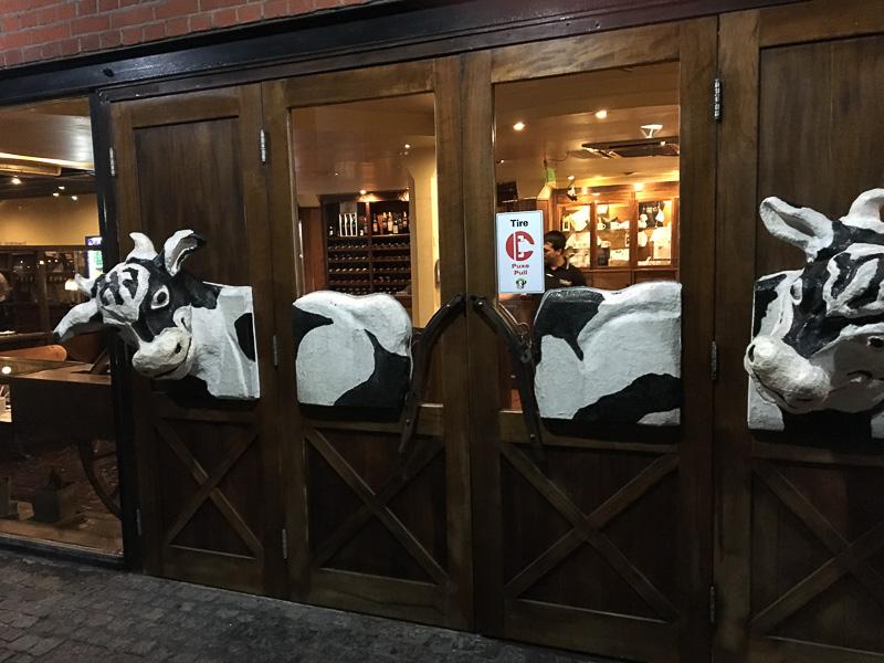 プエルトマデーロのパリージャレストラン。牛!
