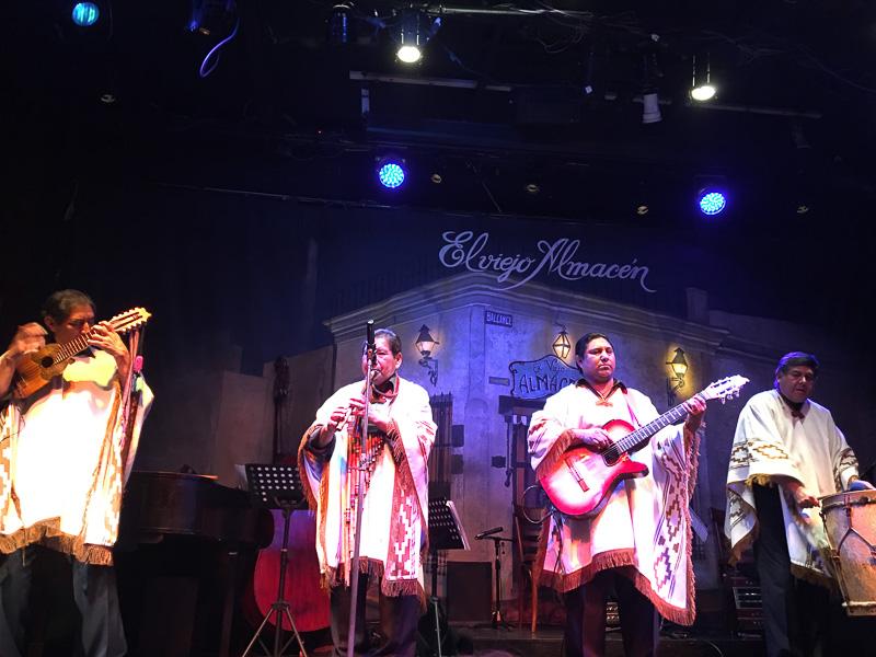 南米衣装に身を包み「コンドルは飛んでいく」を演奏するグループ