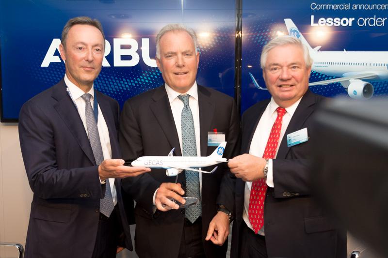 GECAS(GE Capital Aviation Services)が100機のエアバス A320neo型機を発注。調印式を行なった(左から)エアバス CEO ファブリス・ブレジエ(Fabrice Brégier)氏、GECAS President and CEO アレック・バーガー(Alec Burger)氏、エアバス COO ジョン・リーヒー(John Leahy)氏