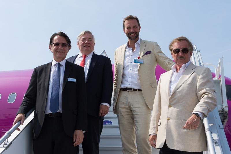 欧州初のA321neo型機の運航会社となるWOW airへの引き渡し式を実施。写真右は、タラップで記念撮影に応じる、(左から)CFM International CEOのガエル・メフィスト(Gaël Méheust)氏、エアバス COOのジョン・リーヒー(John Leahy)氏、WOW air CEOのSkúli Mogensen(スクーリ・モーゲンセン)氏、Air Lease Corporation Executive Chairman of the BoardであるSteven F. Udvar-Házy(スティーブン・アドバー・ハージー)氏