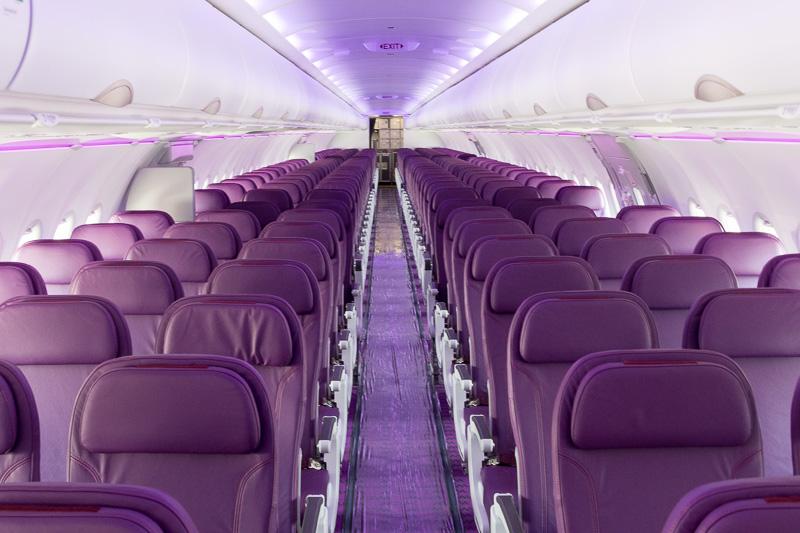 WOW airのA321neo型機の機内。3-3の6アブレストのシートのみのモノクラスで218席を備える