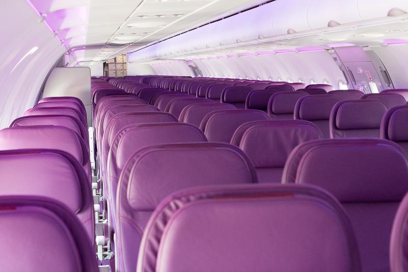 機内の様子。色変更が可能なLEDの照明は同社のカラーに合わせている