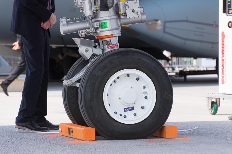 ノーズギア(写真左)とメインギア(写真右)。タイヤはいずれもミシュランのAIR X