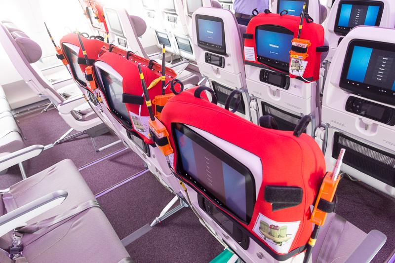 飛行試験機らしくモニターや、シートの一部にはセンサーが備わっている