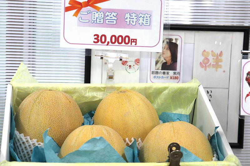 売店には1個1万円クラスの最高級メロンも