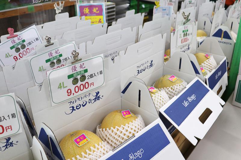 箱詰めされたさまざまなメロンが売られている