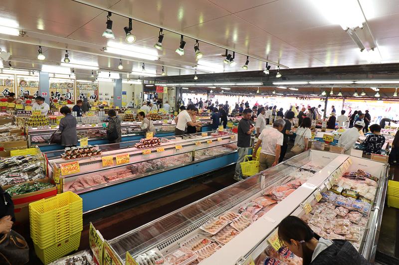食堂の下は広い魚市場。こうした魚問屋がいくつも並んでいる