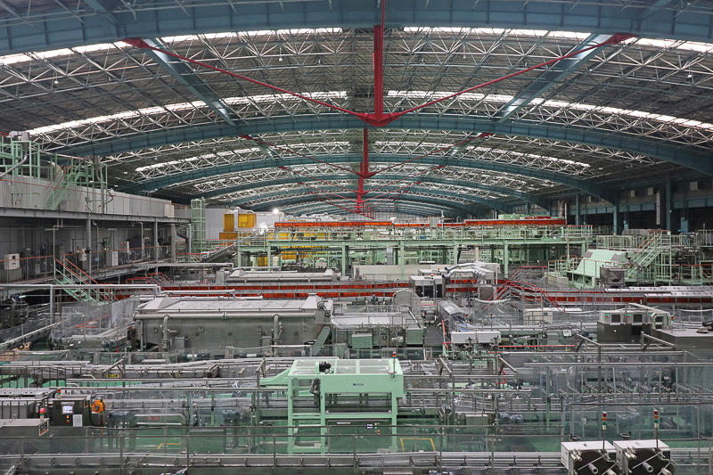 ジャンボジェット(ボーイング 747型機)も入れるという、270×120mの巨大なびん詰め工場。日曜のためラインは休止中だった