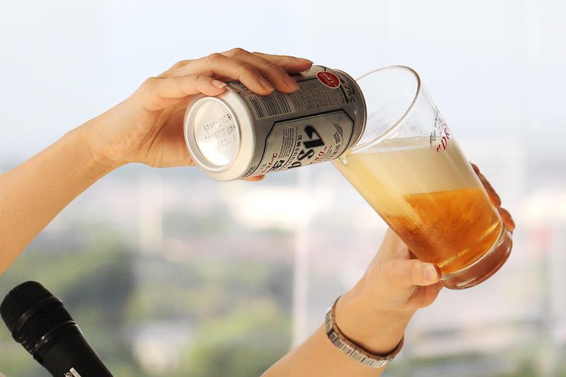 グラスを斜めにしてフチからゆっくり注ぐ