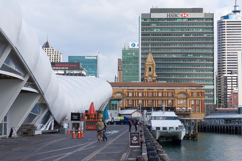 会場となったThe CloudとShed 10は、オークランドのフェリーターミナルに立地。ワイヘキ島などへ行く船がひっきりなしに往来していた