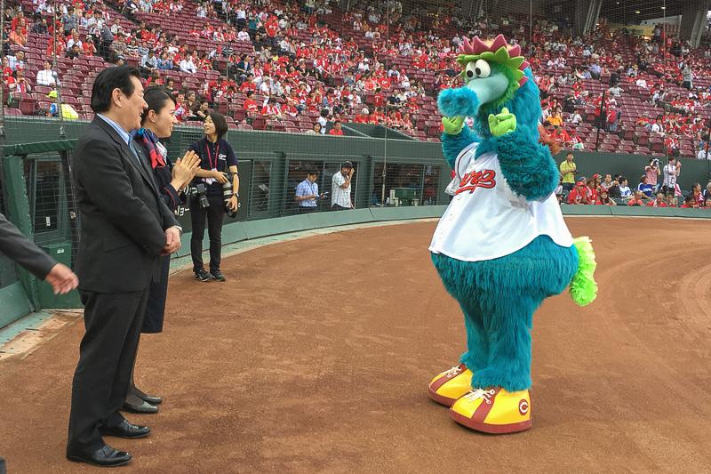 花束贈呈式前の植木義晴氏と河野里加子氏のところへ遊びにきた、広島東洋カープのマスコットキャラクター「スラィリー」