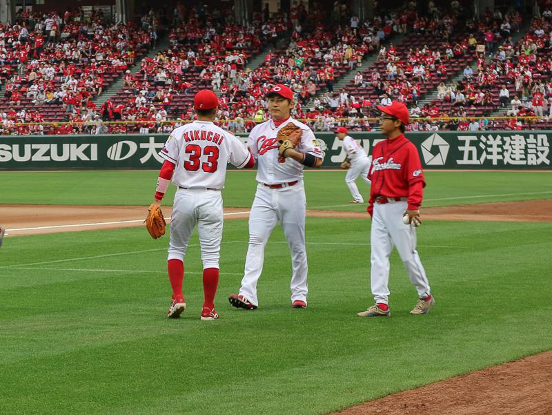菊池内野手(左)と丸外野手(中央)