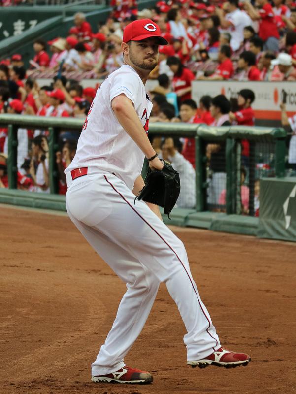 ベンチ前でキャッチボールをする、広島東洋カープ先発のクリス・ジョンソン投手