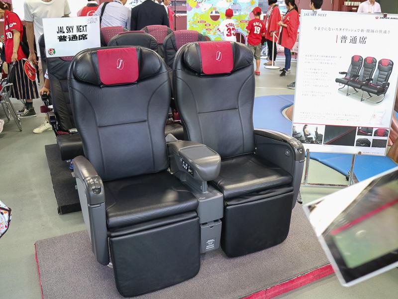 JAL国内線「JAL SKY NEXT」のクラスJ席と普通席のシート展示