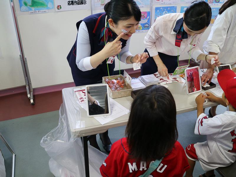 JALや広島東洋カープをモチーフにデザインしたシールを選んで顔に貼ることができる