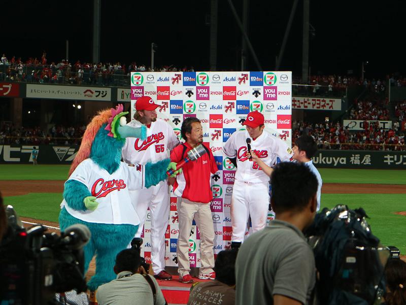 勝利者インタビューはブラッド・エルドレッド内野手と鈴木誠也外野手