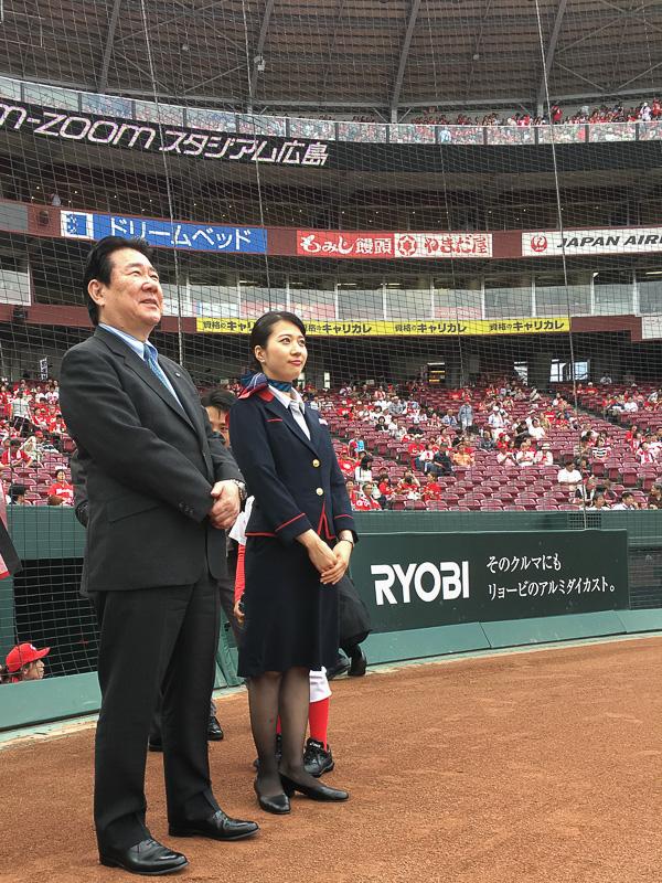 日本航空株式会社 代表取締役社長 植木義晴氏(左)とCA(客室乗務員)の河野里加子氏(右)