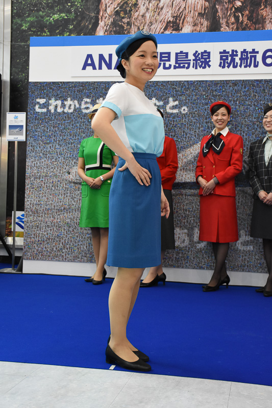 グランドスタッフ誕生を機に用意された初代ユニフォーム。デザインは日本ユニフォームセンターが行なった。写真は夏服で、冬服は淡いブルーの上下に同色の帽子を着用