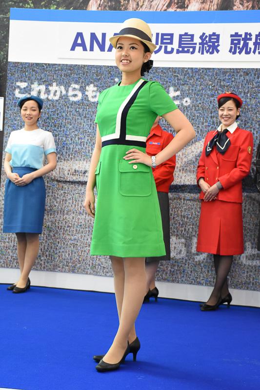 ANA創立20周年を機に一新。デザインは芦田淳氏。写真は夏服で、冬服は「トマトレッド」と呼ばれる色合いだったという