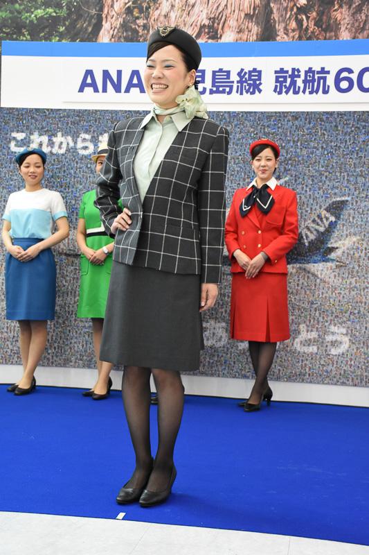 ボーイング 747-400型機就航を機に、これまでとがらりと印象を変えたダークトーンの制服へ。デザインは芦田淳氏