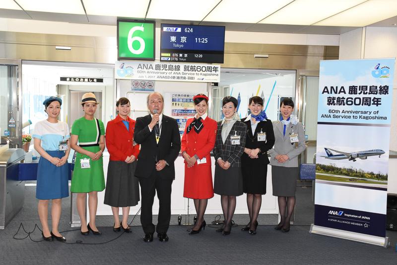 当時の初便出発時刻の11時10分ごろ、鹿児島空港6番ゲート前に清水氏とグランドスタッフが再集合し、NH624便(鹿児島~羽田線)の乗客に記念品を手渡した
