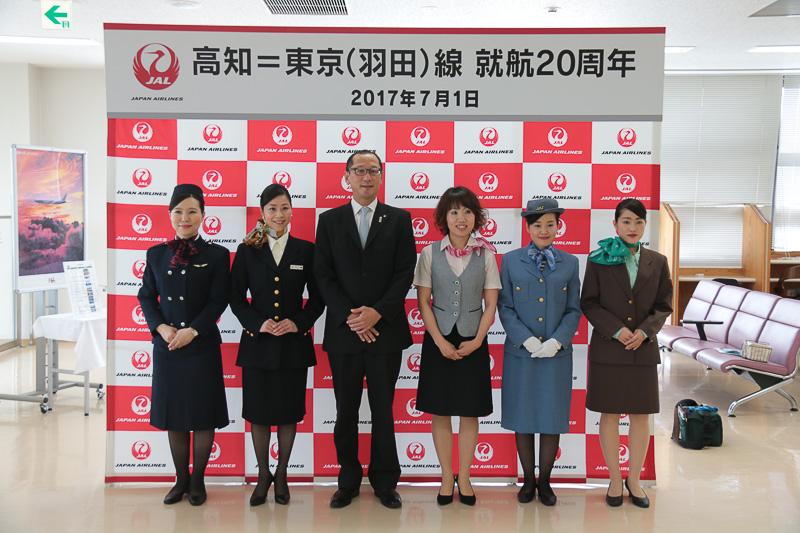 JALは高知~羽田線就航20周年の記念行事を高知空港で実施した