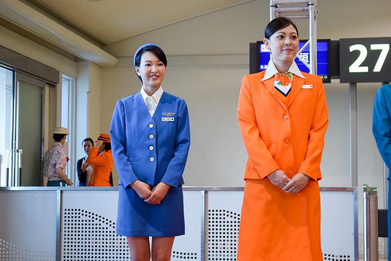 左のコバルトブルーの制服が第1号。時代を反映してミニスカートだ。右は1978年のSWALジェット就航に合わせたオレンジ色の制服