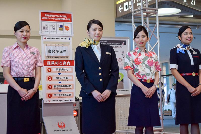 中央は2007年から採用された制服。ヨシエイナバによるデザイン。右端は丸山敬太氏がデザインを手掛けたJALグループ共通の現行制服で、スカーフがJTAデザイン