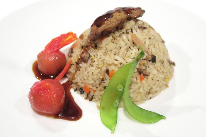 チャーハンのフォアグラ乗せ(Fried Rice Scented with Foie Gras Wild Mushroom, Chao San Pickle Olives)