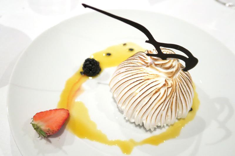 クルーズ船の最終日名物、アイスクリームとメレンゲのベークドアラスカ(Baked Alaska Passion Fruit and Citrus Scented Coulis)