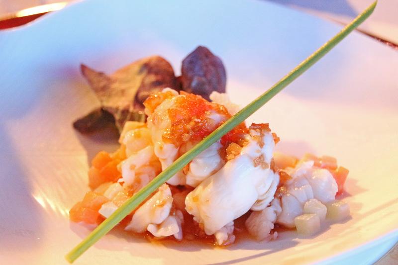 ショウガ風味の歯ごたえあるエビ。リンゴのダイスが乗ったさわやかな味(Seafood Treasure with Ginger, Apple Essence Lobster, Scallops Salad)