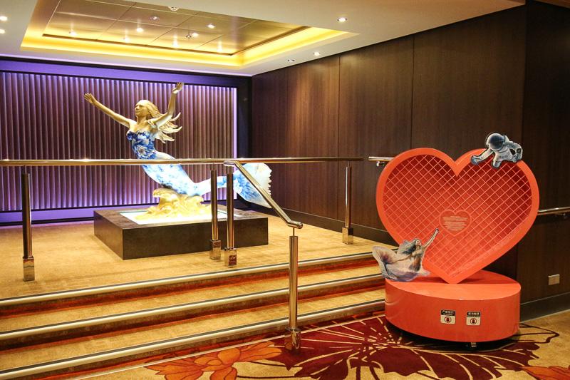ゾディアックシアター近くに設置された「Voyage of a Lover's Dream」がモチーフのオブジェ