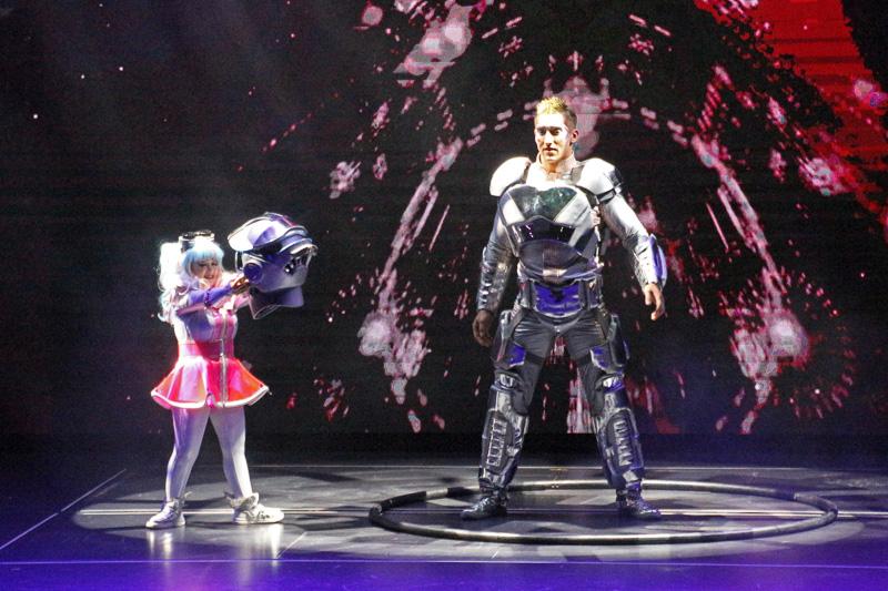 宇宙飛行士が登場し、少女にヘルメットを預ける