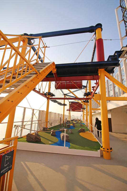 「ロープコース」には全長35mのつり下がって高速で移動するジップラインもある