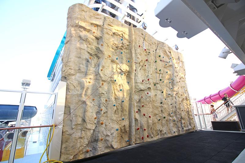 7m以上の高さがある「ロッククライミングウォール」