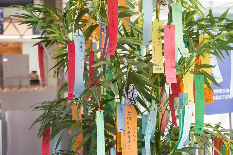 願いごとを書いた短冊を笹に結び付けられるコーナーを設置。7月4日からチェックインカウンターに設置していたもの