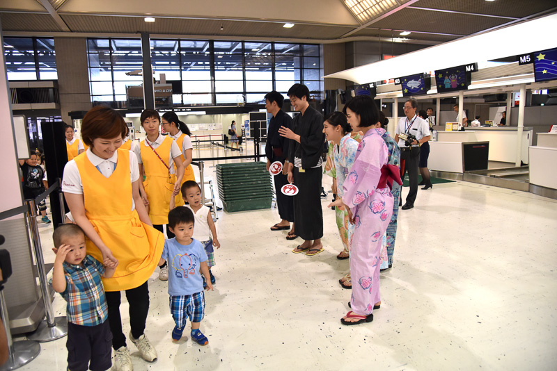 JALスタッフは浴衣姿で園児たちをお出迎え。園児たちは手をつないでMカウンター前に集合