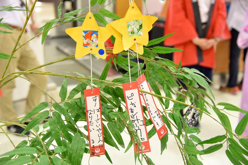 短冊には星やパイナップルのデコレーションも施されていた