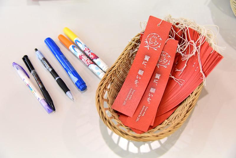 国際線カウンター前にはスペシャルデザインの短冊と記入用のペンが設置してあり、JALカウンター利用者が自由に願いごとをしたためられるようになっている
