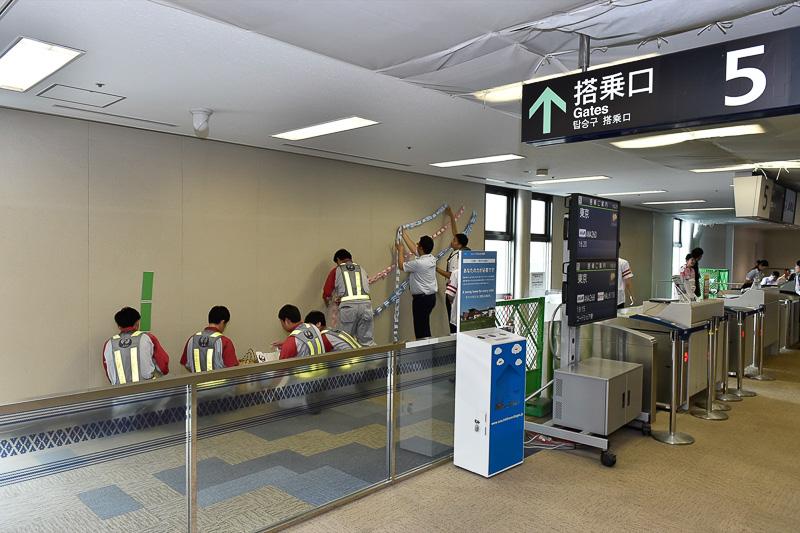 福岡空港国内線5番ゲート付近では、七夕特別フライトのための飾り付けが行なわれていた