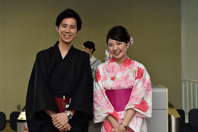 浴衣を着用したJALスタッフの森俊樹氏と阿部恵実氏