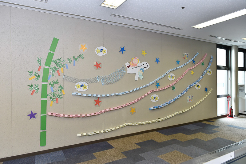 JALスタッフによって飾り付けられた壁面