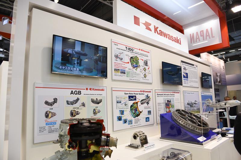 川崎重工のブース。ヘリコプターのメインギヤボックスや開発中のオープンローターエンジン用ギヤボックスを展示
