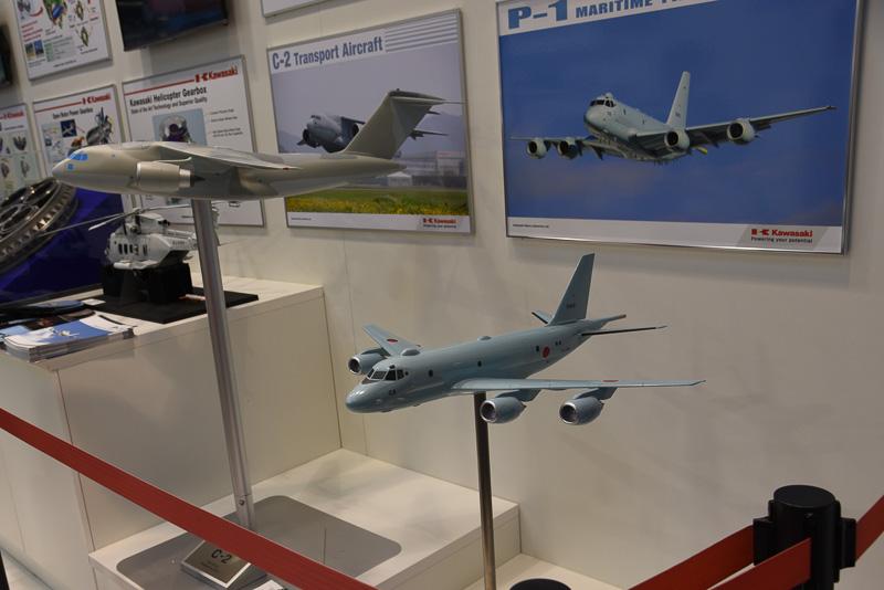 実機も展示された哨戒機P-2の模型(右)と、輸送機C-2の模型(左)