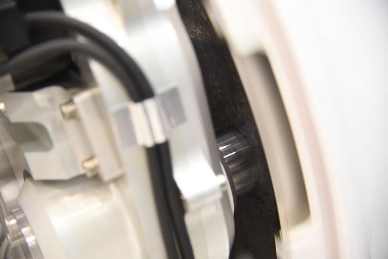 ピストンを押し出して、カーボンディスクの摩擦でブレーキを行なう。カーボンディスクは接触面積を稼ぎつつホイールの中に収まるよう多重化されている