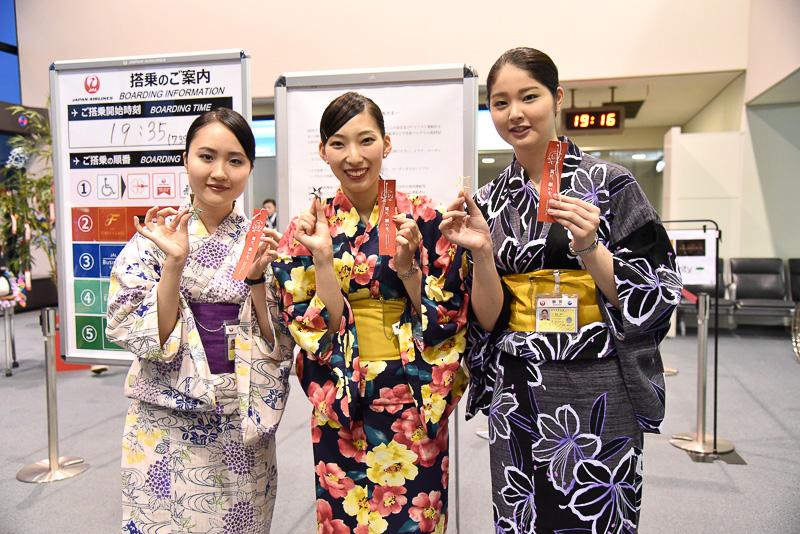 ゲート付近には笹竹と短冊が用意され、出発を待つ多くの乗客が願いごとを書いていた