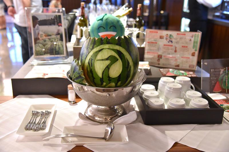 富里スイカに「鶴丸」がカービングされたスペシャルな器でフルーツが提供されていた